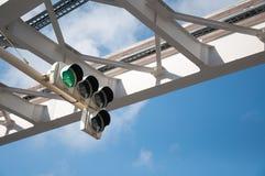 Semáforo verde en el fondo del cielo azul Foto de archivo libre de regalías