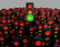 Semáforo verde entre muchos rojo representación 3d Imágenes de archivo libres de regalías
