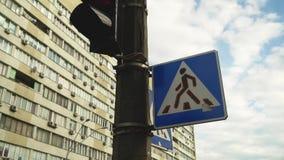Semáforos con la muestra del paso de peatones almacen de video