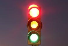 Semáforos con las luces rojas, amarillas y verdes fotografía de archivo
