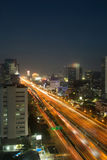 Semáforos de la ciudad de la noche Imagenes de archivo