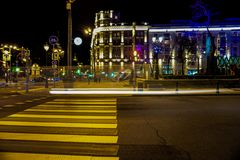 Semáforos de Moscú en la noche, luces brillantes de la noche foto de archivo libre de regalías