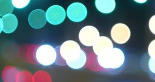 Semáforos Defocused de la noche de los coches cabeza y contraluces Fondo abstracto de la falta de definición con la mudanza de pu almacen de metraje de vídeo