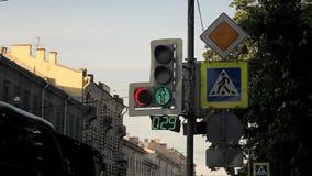 Semáforos del LED con una flecha adicional y un contador de tiempo en el poste con las señales de tráfico almacen de video
