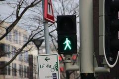 Semáforos especiales para los peatones en la calle en Den Haag The Hague foto de archivo libre de regalías