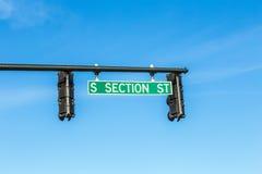 Semáforos i con nombre de la calle Foto de archivo libre de regalías