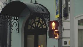 Semáforos peatonales en la calle con un contador de tiempo de la cuenta descendiente almacen de video