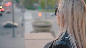 Semáforos rubios urbanos de la falta de definición de la opinión de la ciudad de la señora almacen de metraje de vídeo