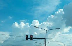 Semáforos y lámparas de calle con el cielo azul brillante fotografía de archivo libre de regalías