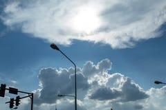 Semáforos y lámparas de calle con el cielo azul brillante fotos de archivo libres de regalías