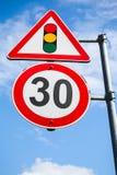 Semáforos y límite de velocidad 30 kilómetros por hora Fotografía de archivo libre de regalías