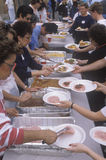 Sem abrigo que comem jantares de Natal, Los Angeles, Califórnia imagem de stock