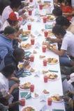 Sem abrigo que comem jantares do Natal foto de stock