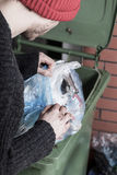 Sem abrigo que procuram algo no lixo Foto de Stock Royalty Free