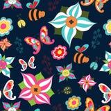 Sem emenda floral do verão com borboleta, abelha, joaninha e arbusto em um fundo azul Fotos de Stock
