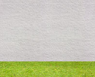 Sem emenda horizontal branco da parede de tijolo com gramado Fotos de Stock