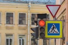 Sem?foro rojo en la calle de la ciudad fotografía de archivo libre de regalías