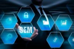 SEM-Suchmaschinen-Marketing Hand des Geschäftsmannholdingbaseballs und -schlaggeräts Lizenzfreie Stockbilder