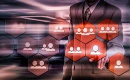 SEM-Suchmaschinen-Marketing Hand des Geschäftsmannholdingbaseballs und -schlaggeräts Stockfoto