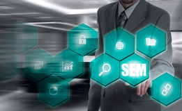 SEM-Suchmaschinen-Marketing Hand des Geschäftsmannholdingbaseballs und -schlaggeräts Stockbilder