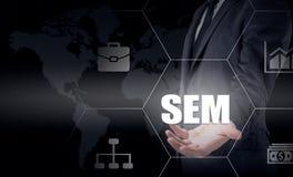SEM-Suchmaschinen-Marketing Hand des Geschäftsmannholdingbaseballs und -schlaggeräts Lizenzfreie Stockfotografie