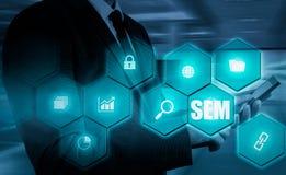 SEM-Suchmaschinen-Marketing Hand des Geschäftsmannholdingbaseballs und -schlaggeräts Stockfotos