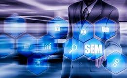 SEM-Suchmaschinen-Marketing Hand des Geschäftsmannholdingbaseballs und -schlaggeräts Stockfotografie
