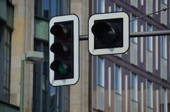 Semafori che mostrano verde con il fondo urbano della città immagine stock