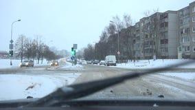 Semafori dell'automobile nella strada trasversale della citt? in precipitazioni nevose massicce inattese 4K archivi video