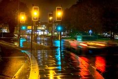 Semafori di giallo di vista della pioggia di notte alla rotonda BRITANNICA fotografia stock libera da diritti