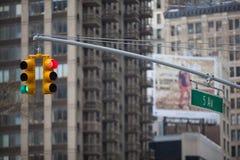 Semafori di New York City con i grattacieli su fondo Immagini Stock Libere da Diritti