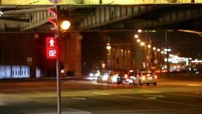 Semafori e frecce rossi, giallo, verde sulle vie di Mosca di notte archivi video