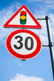 Semafori e limite di velocità 30 chilometri all'ora Fotografia Stock Libera da Diritti