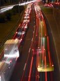 Semafori urbani di notte fotografie stock