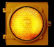 Semaforo ambrato illuminato Fotografie Stock