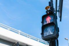 Semaforo con il segno rosso affinchè camminatori si fermino Fotografie Stock Libere da Diritti