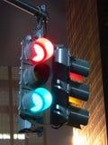 Semaforo confuso alla notte - foto lunga di esposizione Immagine Stock