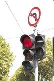 Semaforo e segno proibito di giro Fotografia Stock