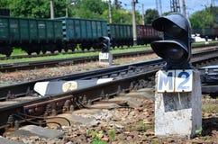 Semaforo ferroviario del semaforo contro lo sfondo di un paesaggio ferroviario di giorno Dispositivo del segnale sulla strada fer Fotografia Stock Libera da Diritti