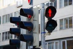 Semaforo pedonale che mostra rosso e città nei precedenti fotografie stock libere da diritti