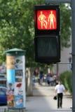 Semaforo sulla via della città Immagini Stock