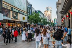 Semaine d'or de la Chine - touristes chinois dans l'achat de Jianghan pedest photographie stock