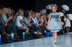 Semaine de mode à Moscou 2017 LA MODE POUR OS ESPAGNE DE ` DES ENFANTS SPAIN/LA MODA PARA NIÃ Image libre de droits