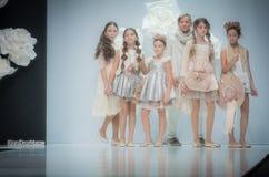 Semaine de mode à Moscou 2017 LA MODE POUR OS ESPAGNE DE ` DES ENFANTS SPAIN/LA MODA PARA NIÃ Photos stock