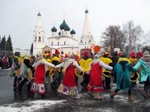 Semaine de Puncace dans Yaroslavl Danse ronde image libre de droits