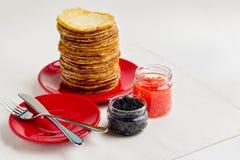 Semana de la crepe Crepes con el caviar rojo y negro Fotografía de archivo
