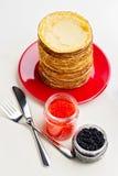 Semana de la crepe Crepes con el caviar rojo y negro Imagen de archivo