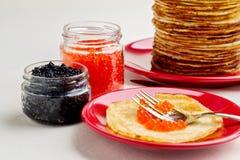 Semana de la crepe Crepes con el caviar rojo y negro Foto de archivo libre de regalías