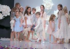 Semana de la moda en Moscú 2017 LA MODA PARA OS ESPAÑA DEL ` DE LOS NIÑOS SPAIN/LA MODA PARA NIÃ fotografía de archivo