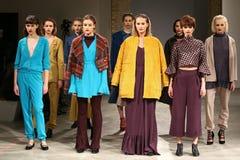 A semana de moda ucraniana AW 2017/18: Coleção de LAKSMI Fotografia de Stock